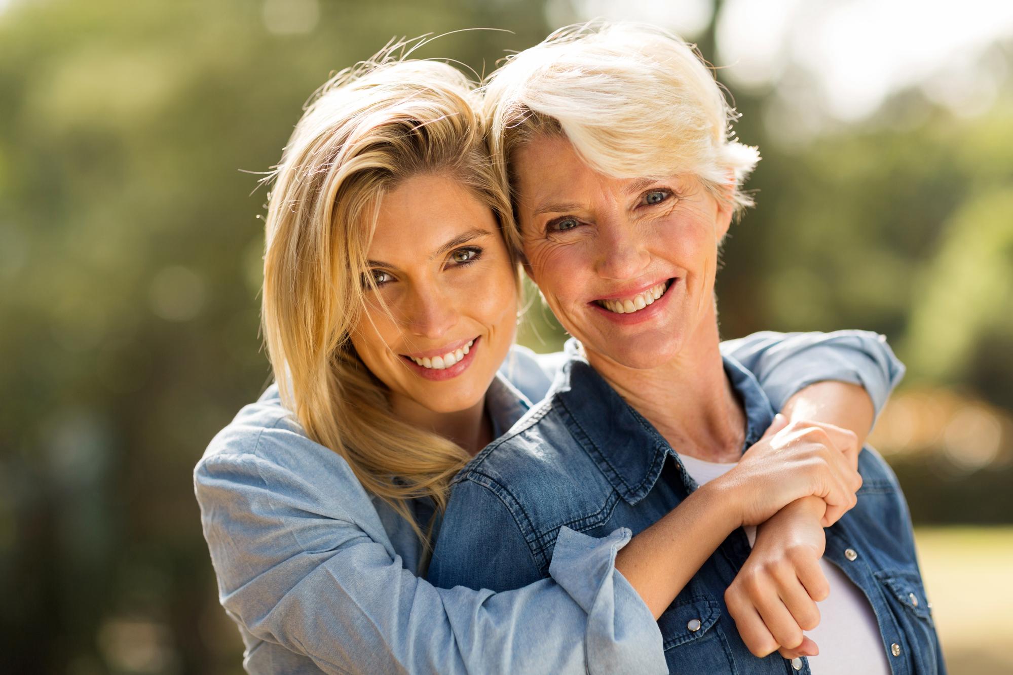 Duas mulheres se abraçando em um parque.